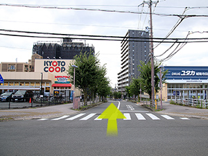 城陽中学校前の通りをJR城陽駅に向かって直進してください