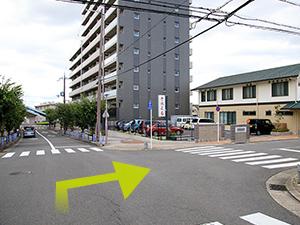一つ目の交差点を右折してください