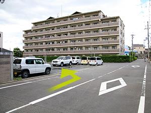 右折後、10Mほど進んで頂くと当院の駐車場がございます。